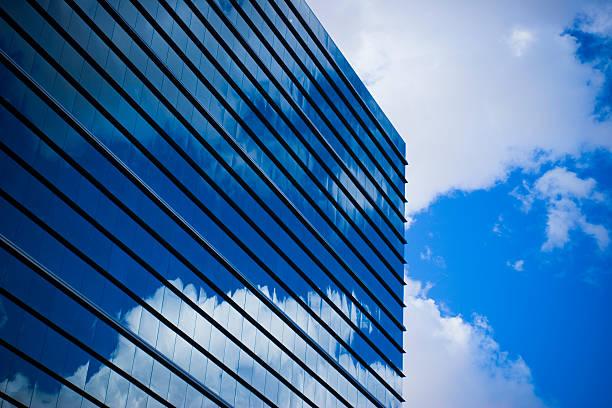 modernen business-gebäude mit einem himmel im hintergrund - elemi stock-fotos und bilder