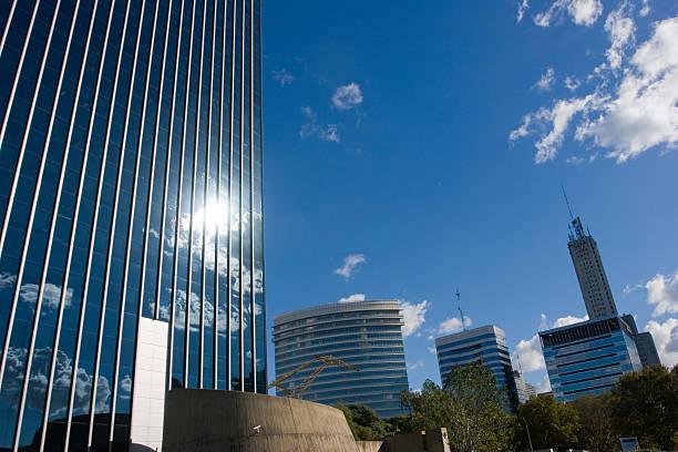 modernes bürogebäude mit clear sky - elemi stock-fotos und bilder