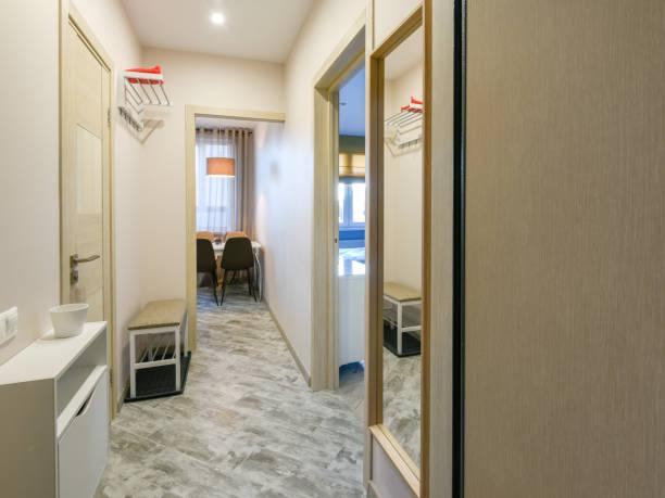 Moderner Korridor in der Wohnung – Foto