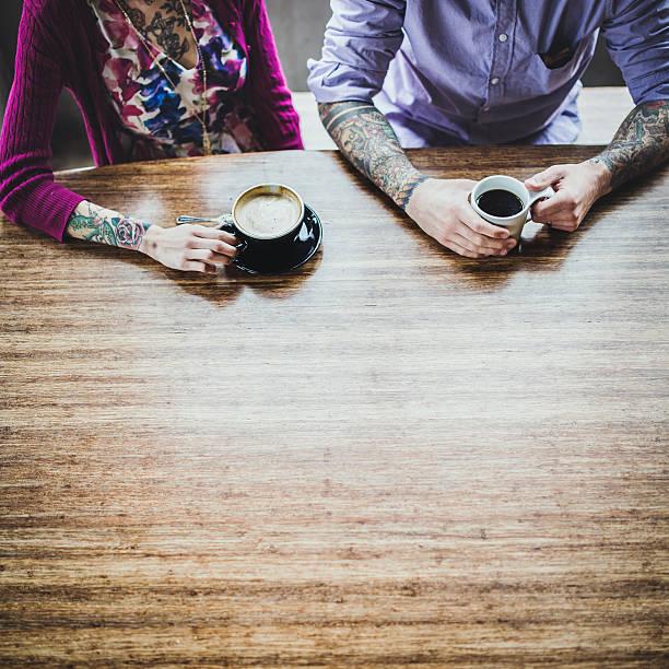 moderne paar im café - ehepaar tattoos stock-fotos und bilder