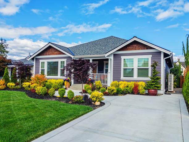 moderne custom suburban home exterior - auffahrt stock-fotos und bilder