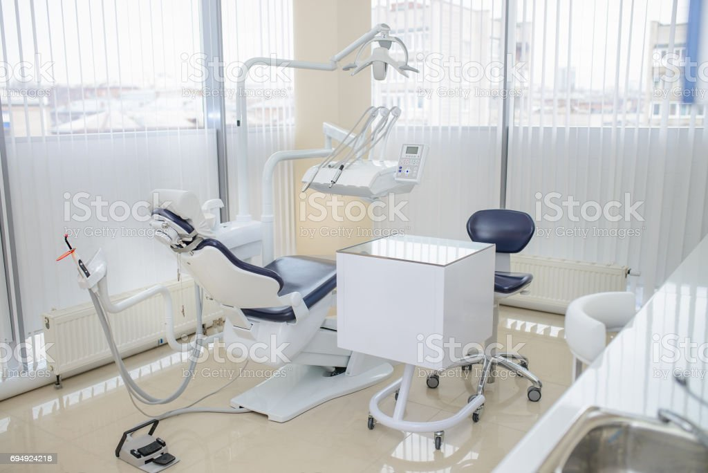 Interior clínica dental moderna. Silla dental y otros accesorios. - foto de stock