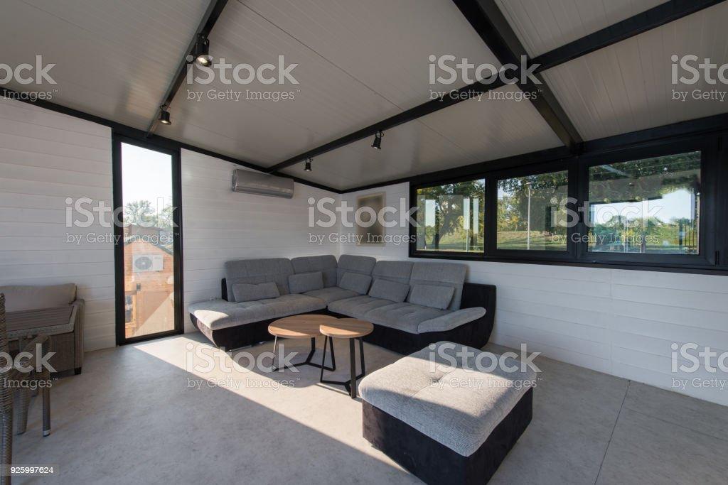 Modern Gestaltete Wohnzimmer Mit Luxus Sofa Und Großen ...