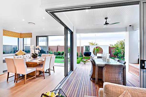 Modern dining room attached to outside patio area – Foto
