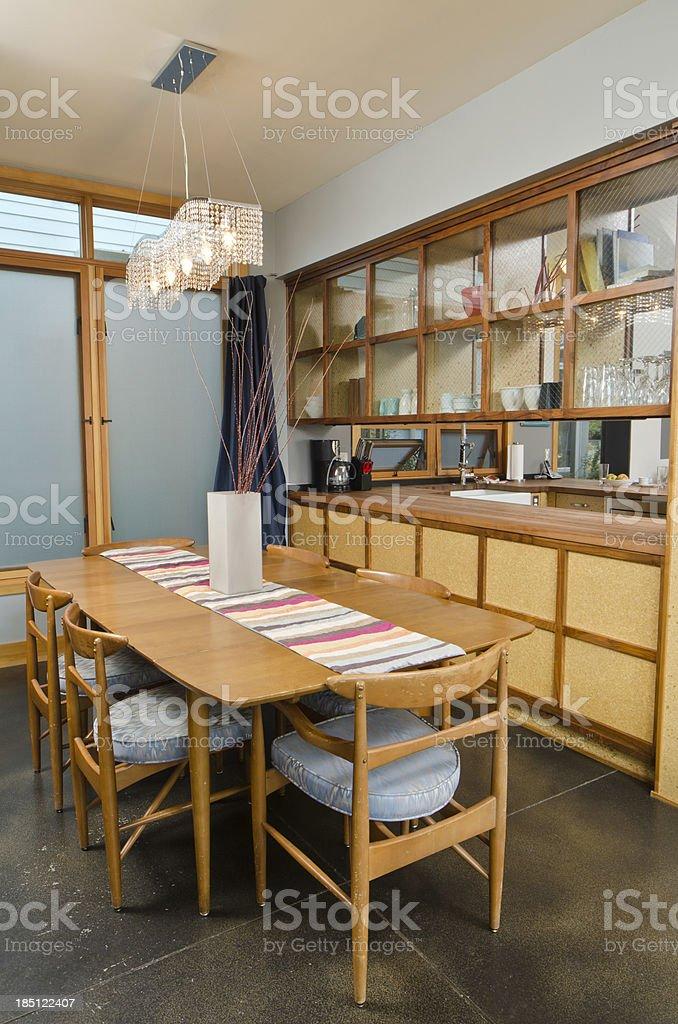 Moderna Sala De Comedor Con Los Armarios Foto de stock y más ...