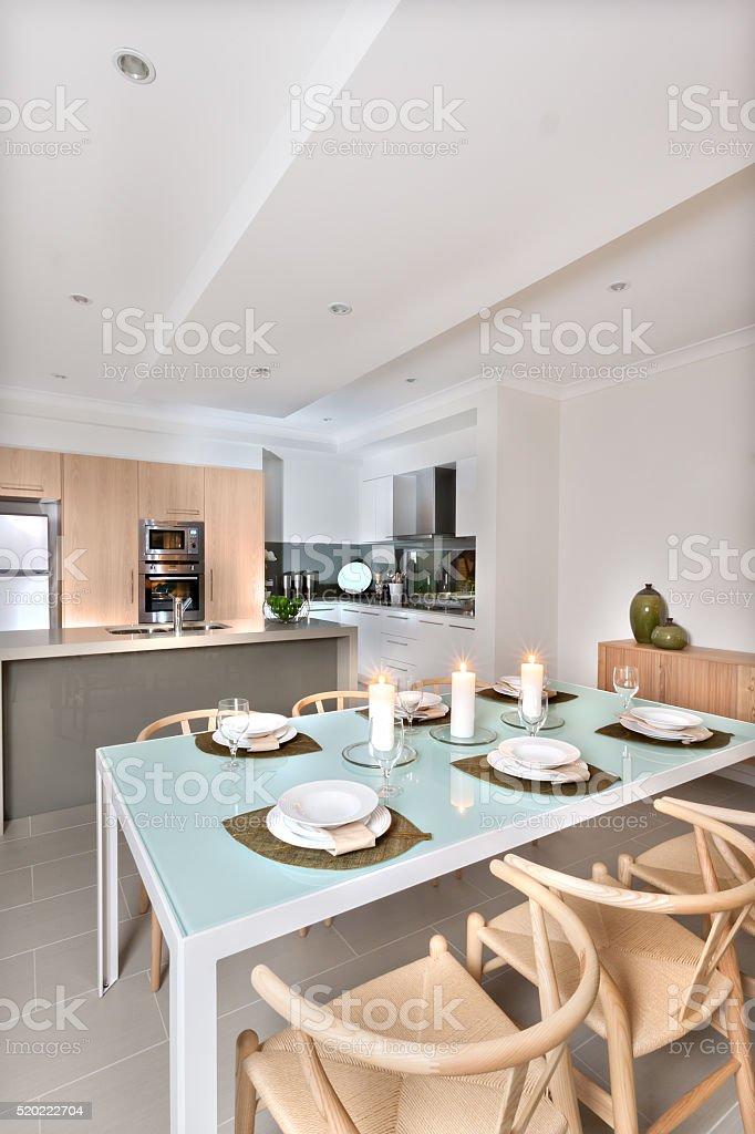 Moderna Sala Da Pranzo E Cucina Moderna Con Candele ...