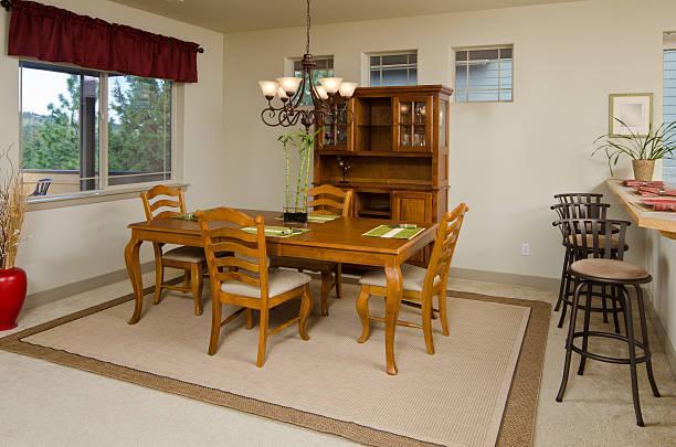 moderne esszimmer mit teppich - vitrinenschrank stock-fotos und bilder