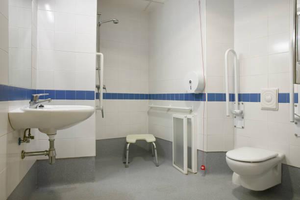 Moderne behinderte Person Badezimmer WC mit Waschbecken WC und Dusche – Foto