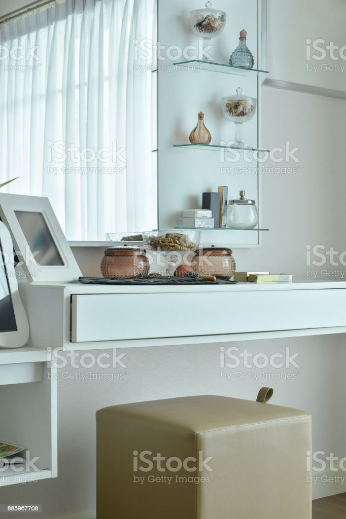 Moderner Schminktisch In Weißer Farbe Im Schlafzimmer ...