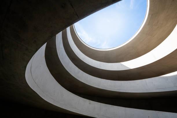allée moderne dans un garage de stationnement à leipzig, allemagne - architecture photos et images de collection