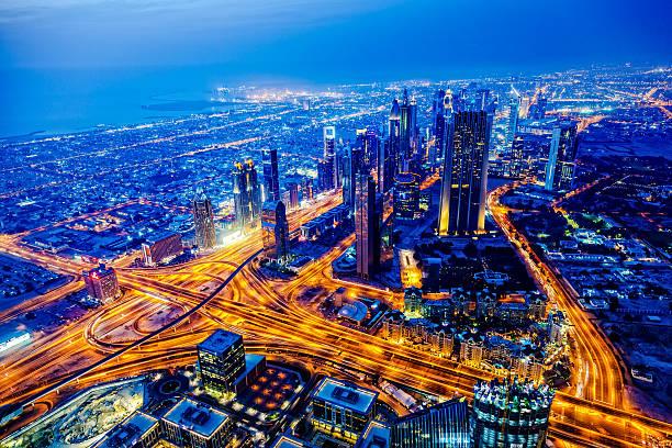 moderne stadt in der abenddämmerung in dubai, vereinigte arabische emirate - sheikh zayed road stock-fotos und bilder