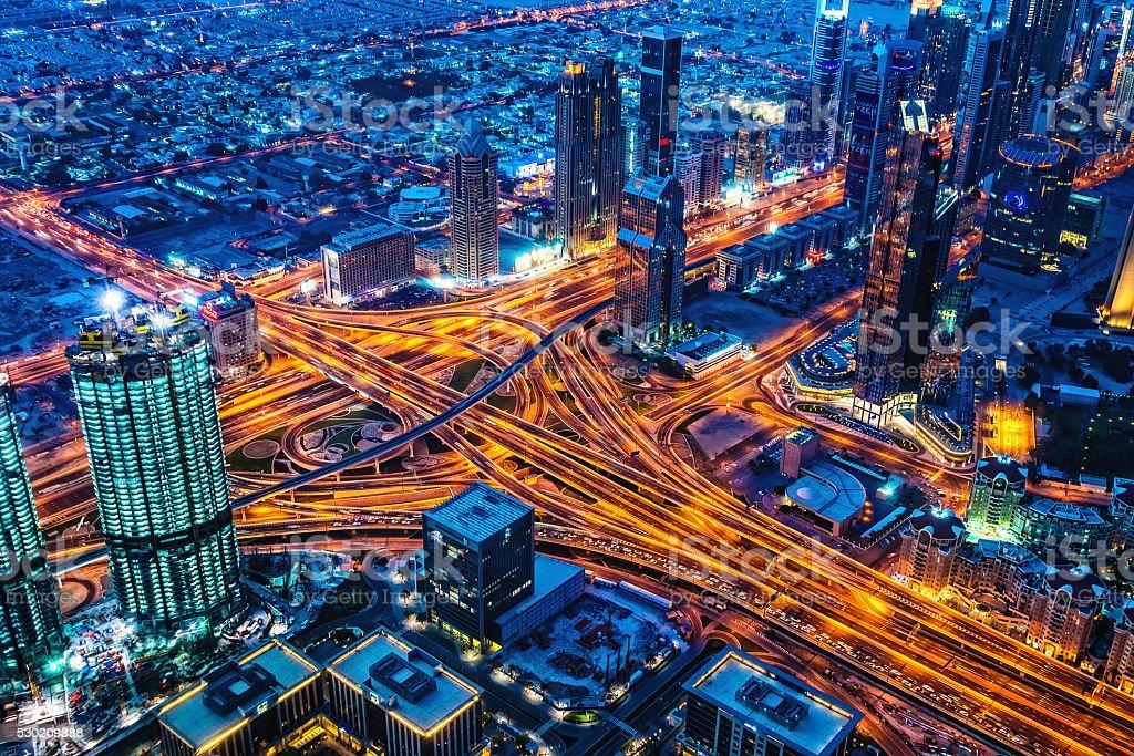 Moderne Stadt in der Abenddämmerung in Dubai, Vereinigte Arabische Emirate – Foto