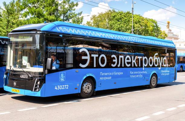 Moderner Elektrobus an der Stadtstraße – Foto