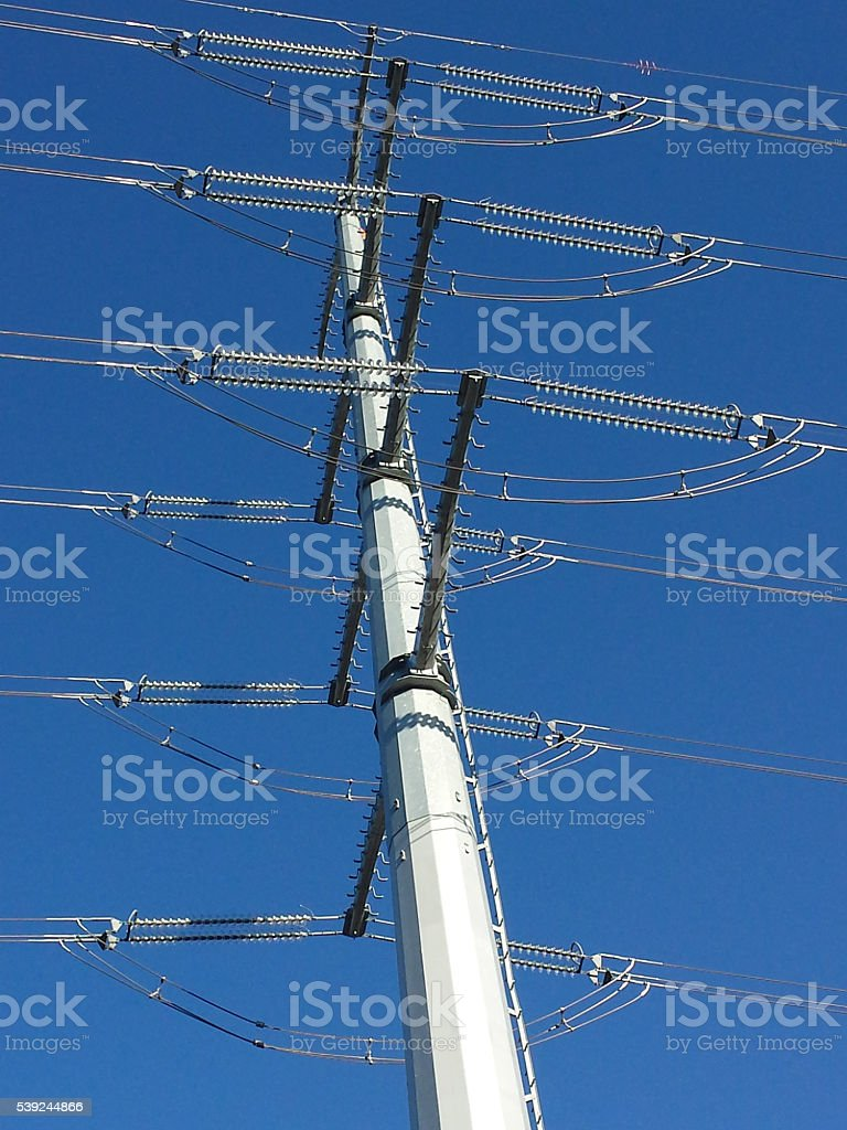 Moderna torre eléctrico en el cielo azul foto de stock libre de derechos