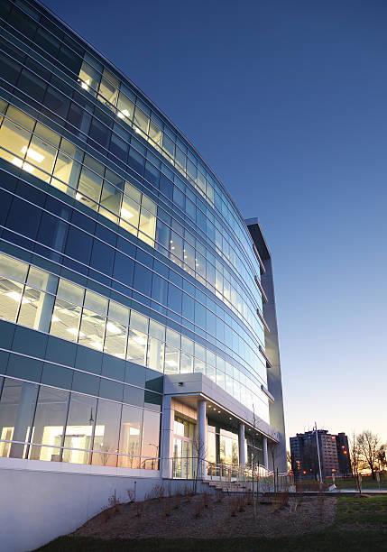modern entreprise exterior at sunset - industriegebied stockfoto's en -beelden