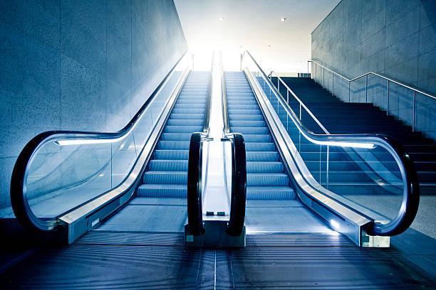 moderno ascensore - escalator foto e immagini stock