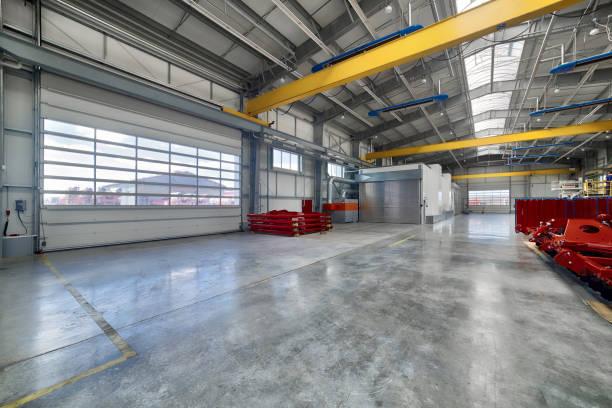 Eine moderne Fabrik. Große Eingangstore – Foto