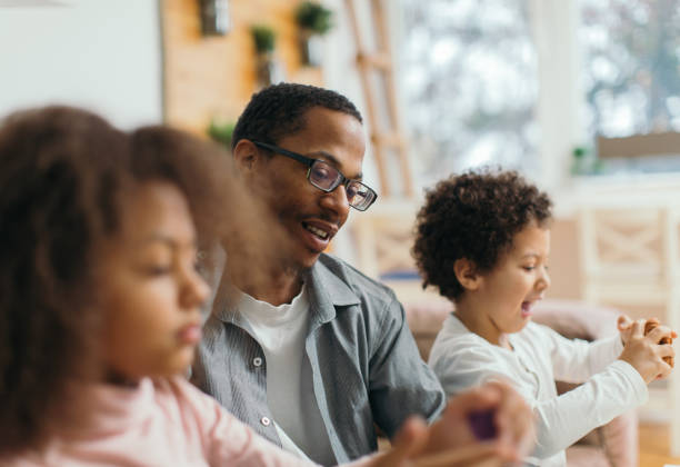 familias modernas - padre que se queda en casa fotografías e imágenes de stock