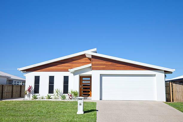 casa de la familia moderna frente a cielo azul con copyspace - fachada arquitectónica fotografías e imágenes de stock