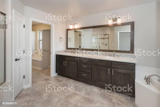 Modern farm house bathroom picture id925906070?b=1&k=6&m=925906070&s=612x612&h=jjp9gkgiuyagtmmop3otnweqdjpasri3rerskeptsvc=