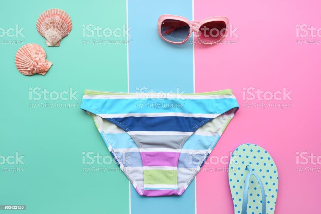 Moderna fashionabla solglasögon och sandaler med sjöstjärnor - Royaltyfri Djurkroppsdel Bildbanksbilder