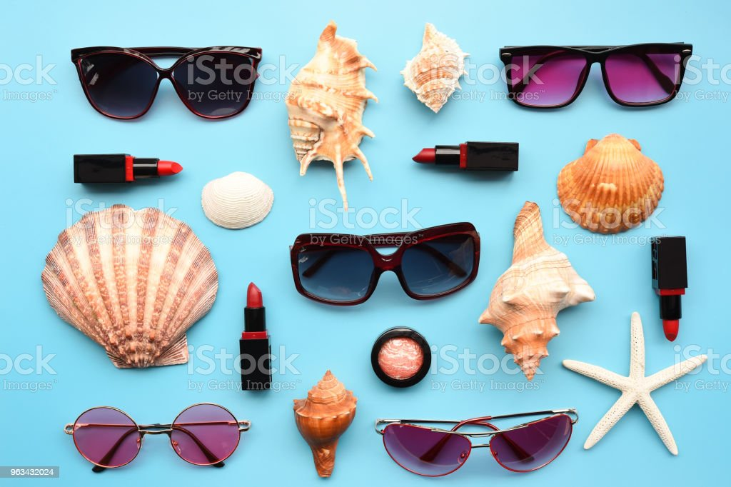 Modern fashionable sunglasses and starfish with shell - Zbiór zdjęć royalty-free (Akcesorium osobiste)