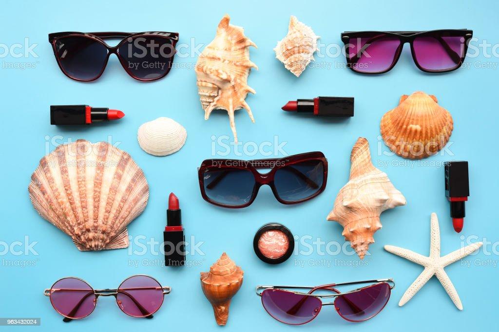 Nowoczesne modne okulary przeciwsłoneczne i rozgwiazdy z muszlą - Zbiór zdjęć royalty-free (Akcesorium osobiste)