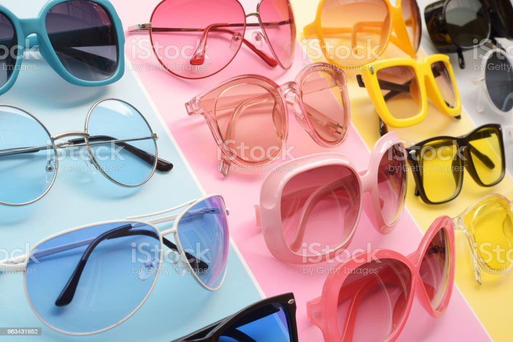 Moderna fashionabla solglasögon - Royaltyfri Elegans Bildbanksbilder