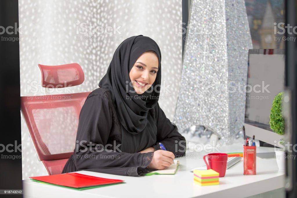 Travailleur demployées de bureau arabe moderne au bureau u photos