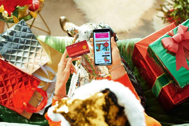 roupas modernas de compra de roupas on-line no quarto no natal - mercadoria - fotografias e filmes do acervo