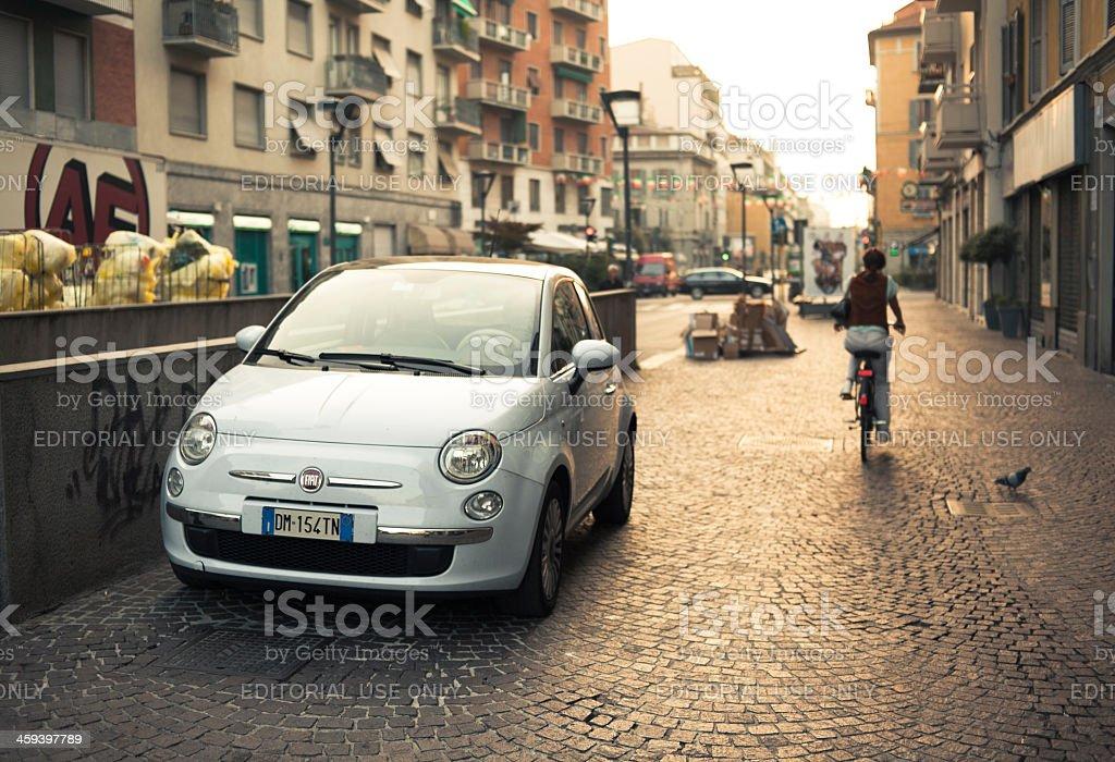 Moderno Fiat 500 parcheggiato su una strada di Milano, Italia. - foto stock