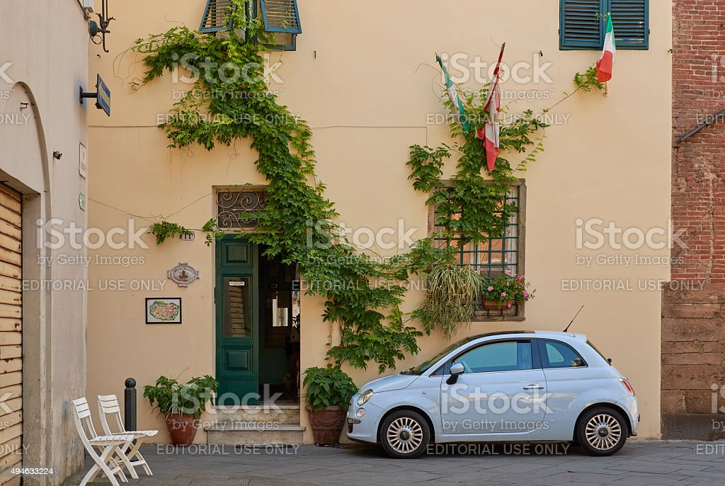 Moderno Fiat CInqecento Parcheggiate vicino alla bandiera italiana - foto stock
