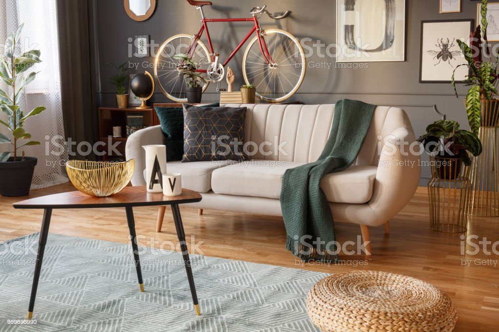 Moderne flach Interieur mit sofa Lizenzfreies stock-foto