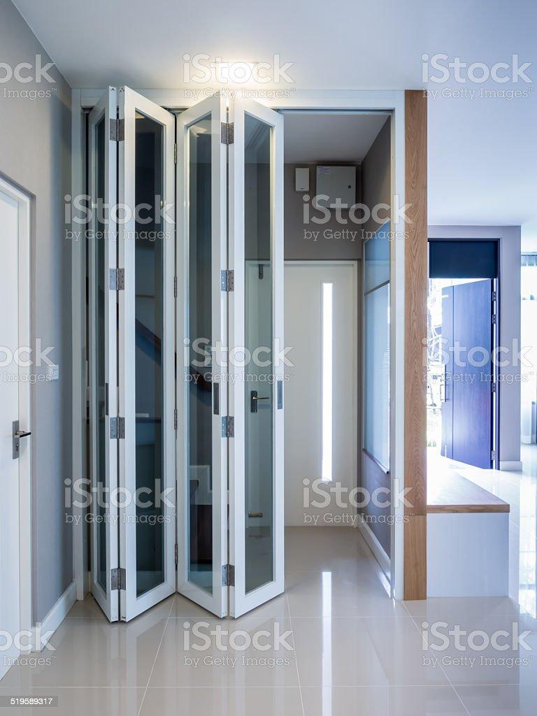 Moderne Falten Türen Mit Hölzerne Treppe Stock-Fotografie und mehr ...