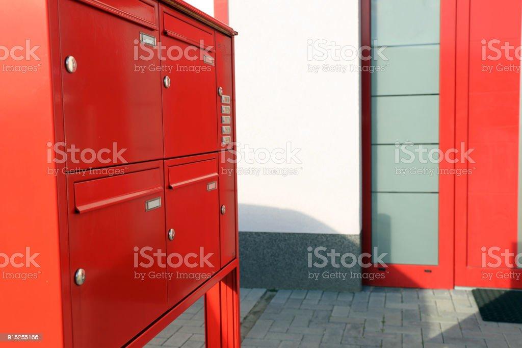 Moderne Freistehende Briefkasten Mit Klingel Stockfoto und ...