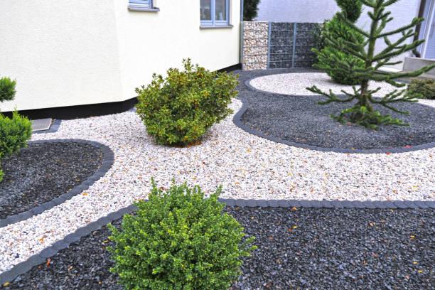 moderner vorgarten mit dekorativen kies - gartenkies stock-fotos und bilder