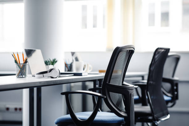 covid-19流行時のコワーキングオフィスの内部の現代のガジェット - オフィス ストックフォトと画像