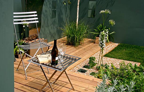 moderner garden raum - mini weinflaschen stock-fotos und bilder