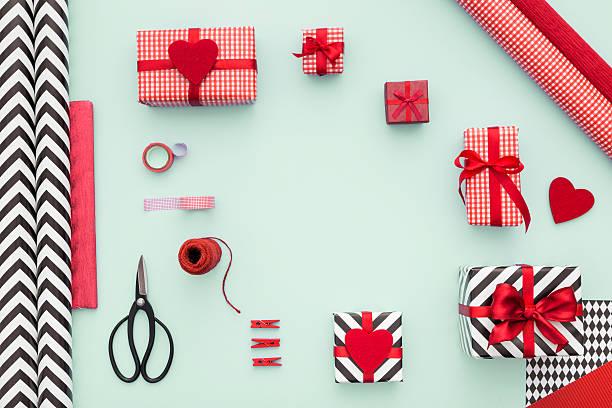 modern gifts on mint background. top view. - weihnachtsessen ideen stock-fotos und bilder
