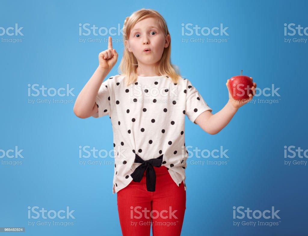 사과 가진 파랑에 빨간 바지에 현대 여자 생각이 있어 - 로열티 프리 건강한 생활방식 스톡 사진