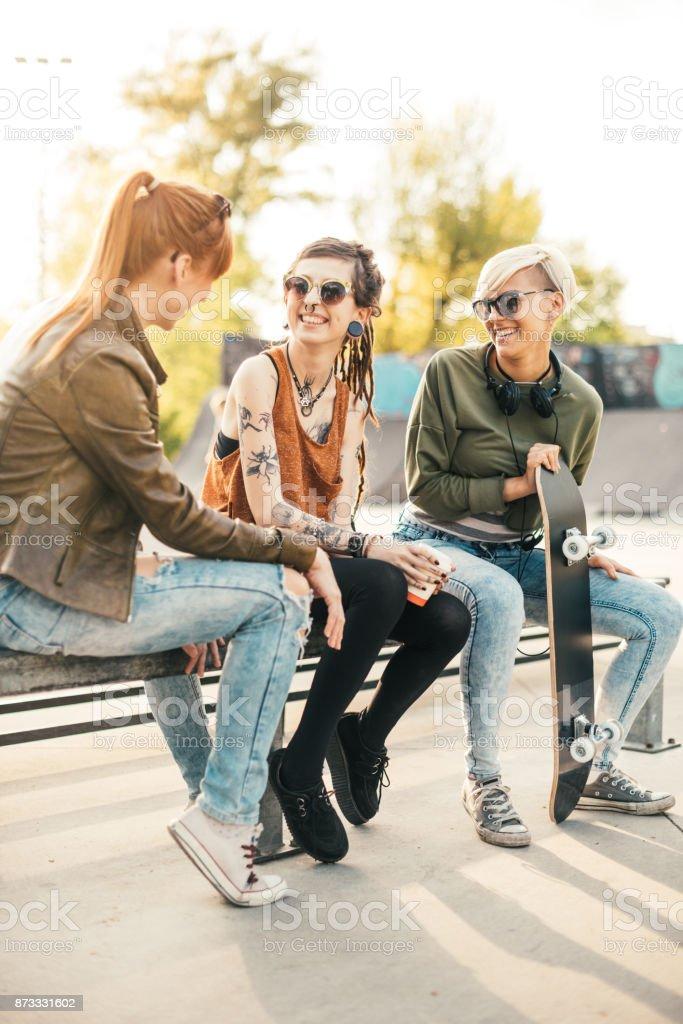 Moderne Mädchen Schlittschuhlaufen im Skatepark Lizenzfreies stock-foto