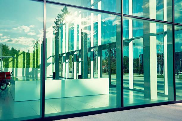 moderne glas-gebäude - fensterfront stock-fotos und bilder