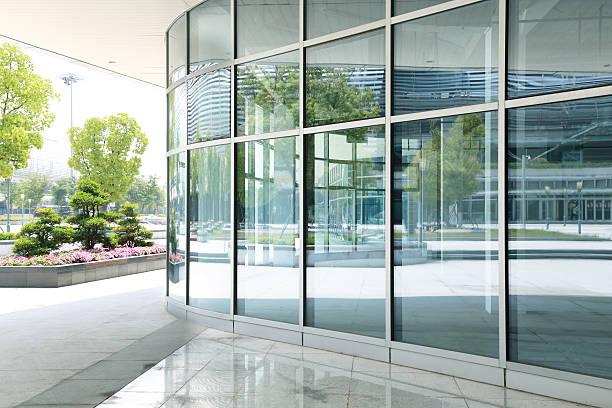 moderne glas-gebäude wolkenkratzer des business-center - fensterfront stock-fotos und bilder