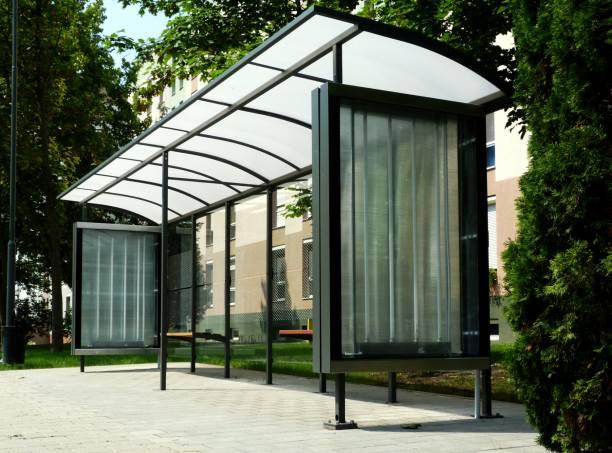 abrigo de ônibus de vidro moderna em ambiente urbano - foto de acervo