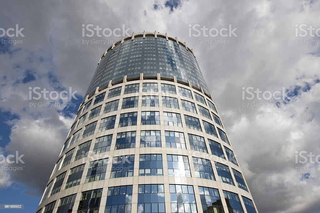 Vetro moderno centro business in cielo blu con nuvole foto stock royalty-free
