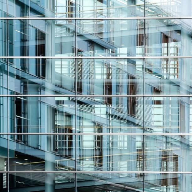 moderne glasfassade mit reflexion, hintergrundtextur für das internationale geschäft in einer großstadt - fassadenschnitt stock-fotos und bilder