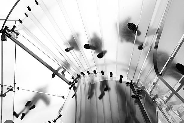 Moderne Glas-Treppe und Silhouetten in New York – Foto