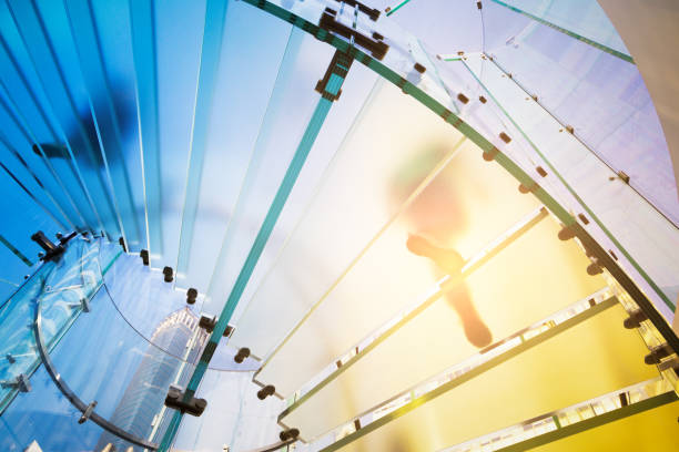 Moderne Glas Treppe Silhouette zu Fuß Menschen in shanghai China. – Foto
