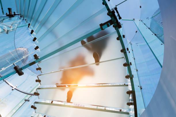 Moderne Glas-Treppe Silhouette wenige Menschen in shanghai, china – Foto
