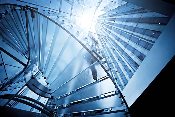 Moderne Glas-Treppe mit Silhouetten von Personen – Foto